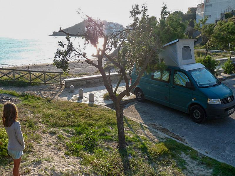 Notre camion avec en arrière plan la baie de la Corogne (Espagne)