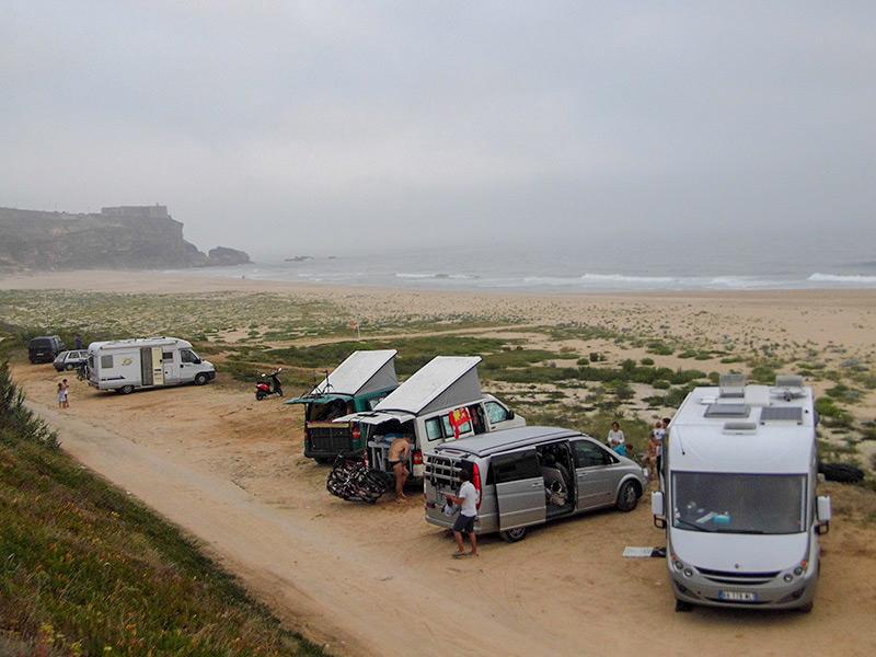 Au pied des falaises de Nazaré (Portugal)
